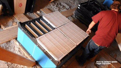 Установка воздушных фильтров и фильтров предварительной очистки над приточным отверстием вентиляционного проема крыши свинарника. Фото из личного архива Перри Хартманн