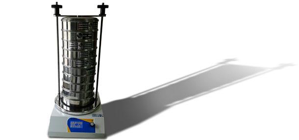 Колонна сит на вибрационном механизме для встряхивания сит.