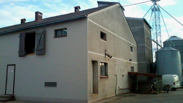 Рисунок 1: Постройка для откорма; постройка для свиноматок позади справа: входная дверь в наружные комнаты в стене.