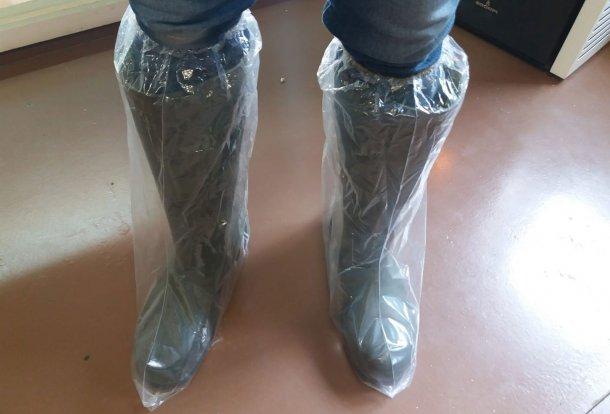 Рисунок 1. Пластиковые бахилы помогают не допустить перекрестное заражение через обувь.