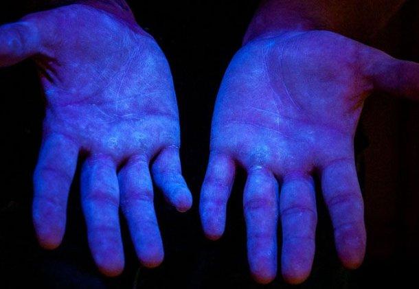 Рисунок 6. Флуоресцентный материал под ультрафиолетовым светом, чтобы увидеть покрытие на руках. Источник: www.glogerm.com