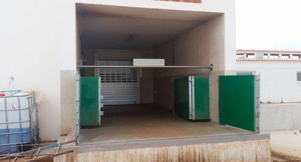 Фото 6. Полувстроенная погрузочная рампа с воротаим и горизонтальной планкой для физическорго разделения чистой и грязной зоны. С согласия Agropecuaria Los Girasoles, Испания