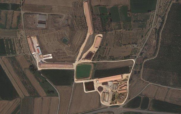 Изображение 1. Вид на здания фермы с высоты птичьего полета.
