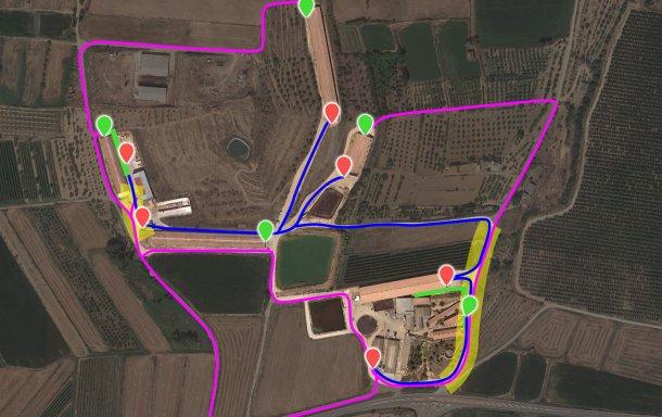 Изображение 7. Предложенные изменения в генплан, включая новые отгрузочные рампы (зеленые точки). Область повышенного риска (выделено желтым) перекрестного заражения между внутренним (синим) и внешним (фуксия) транспортом сократилась до 2 небольших пятен – благодаря реорганизации схемы движения и реконструкции ограждения фермы.